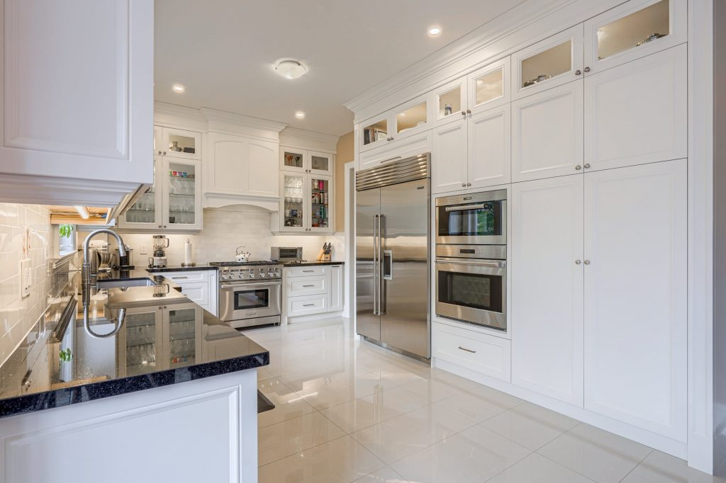 custom kitchen with white tile splash wall – kitchen design by clear view kitchens toronto