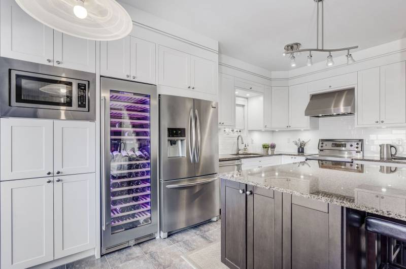 amazing custom kitchen with white kitchen cabinets - custom kitchens Toronto